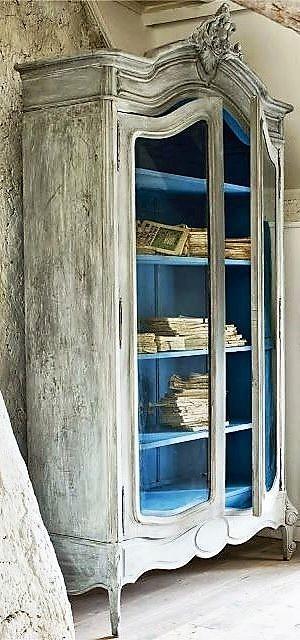 Un modelo tradicional de armario, con acabado de madera lavada.