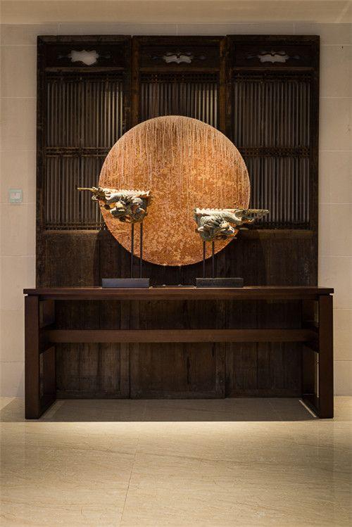 Minimalismo y tradición se aúnan en este conjunto decorativo.