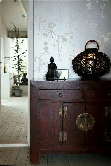 Papel pintado y mobiliario chino para este recibidor.