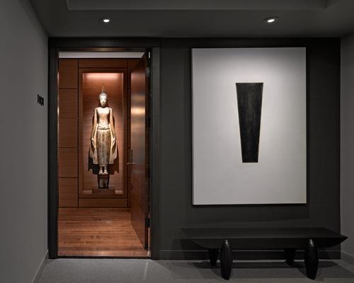 Minimalismo y estudiada sobriedad en este elegante recibidor.