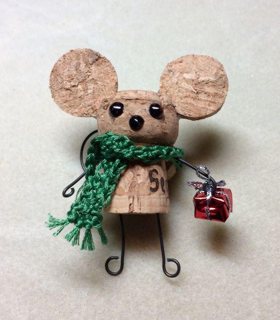 Un diseño de ratón con regalo y bufanda.
