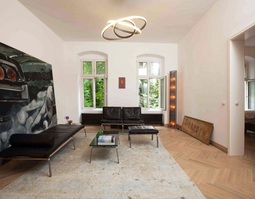 El ecléctico salón cuenta con un suelo de madera dispuesto en espiga, para no renunciar a su pasado clásico.