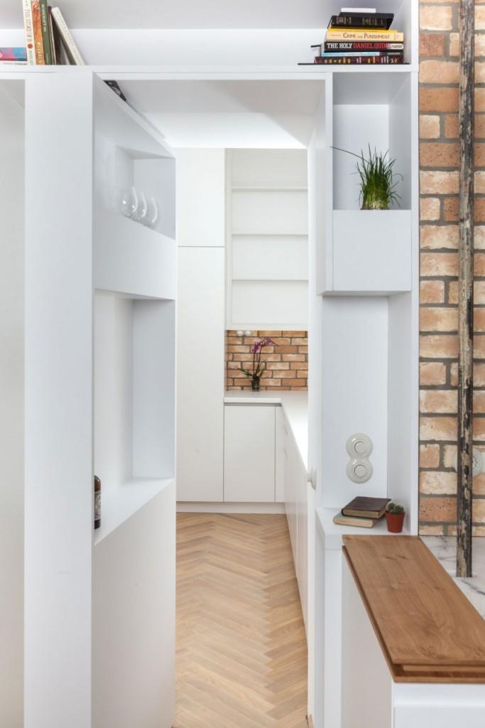 Una estantería que esconde una puerta de acceso a la despensa.