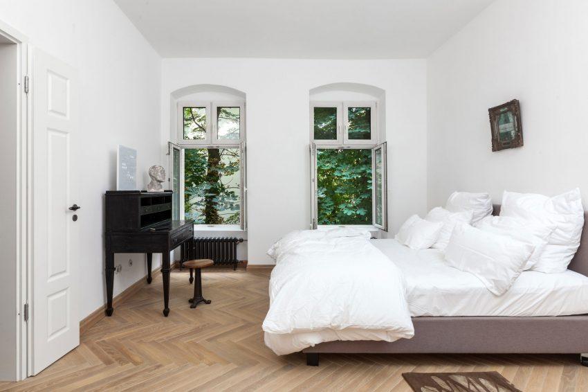 Sencillez monacal en este blanco dormitorio.