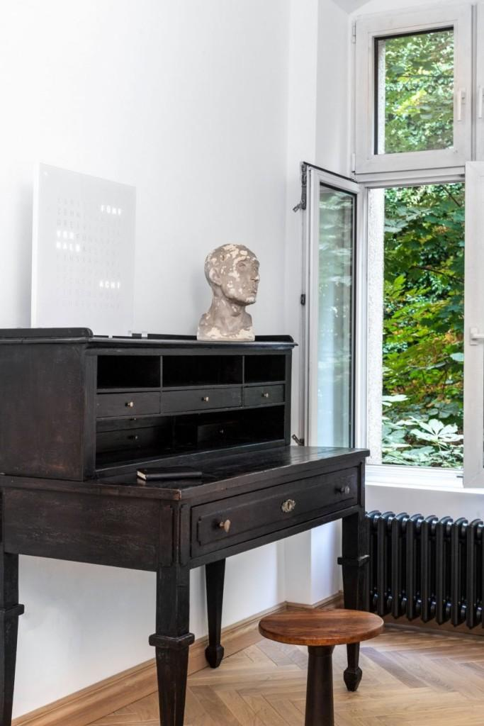 Piezas clásicas, repartidas por la vivienda, dan una pincelada tradicional al espacio decorativo.