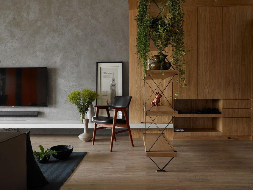 Una estantería con estructura de metal y baldas de madera, divide visualmente la estancia.