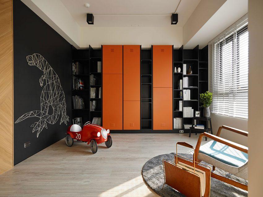 Contraste negro y naranja, en un espacio junto al salón.