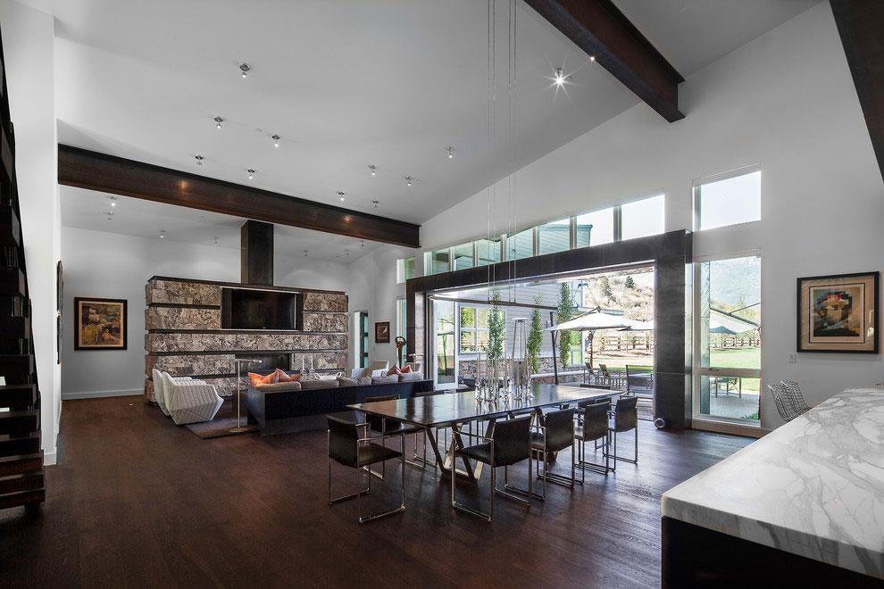 El espacio del salón comedor, muestra un mobiliario contemporáneo.