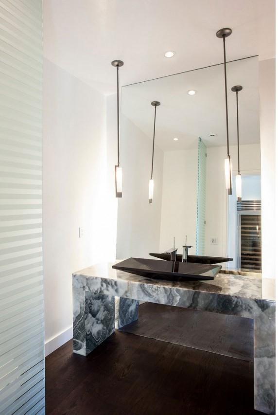 Líneas rectas y limpias para el diseño de este cuarto de baño, que contrasta con lo orgánico de las manchas del mármol.