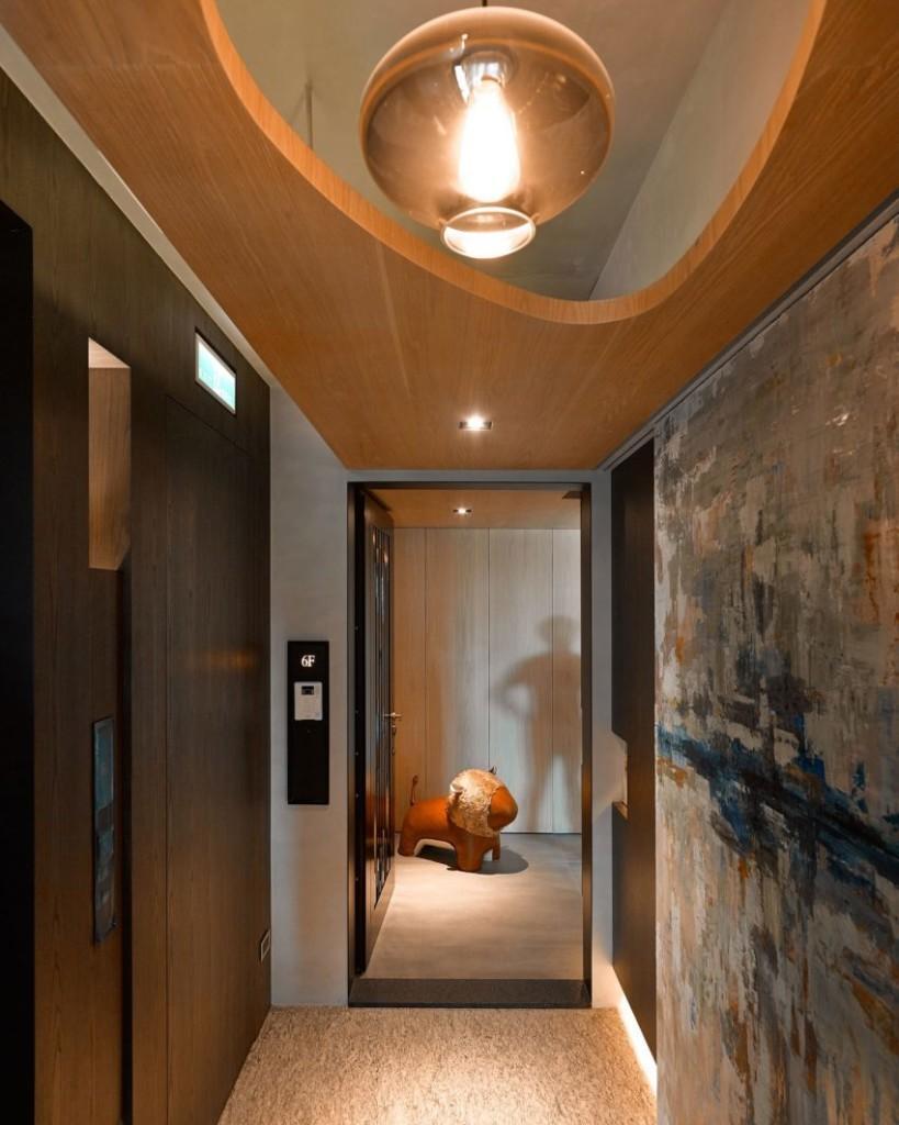Una obra de arte abstracto de gran tamaño a la derecha de la imagen, preside el recibidor.