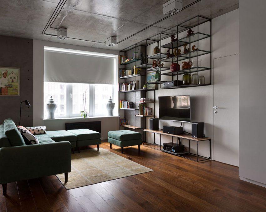 Una ecléctica combinación de objetos antiguos y modernos decoran este salón.