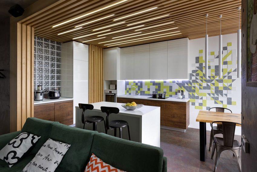 El sencillo mobiliario de la cocina, combina la madera de nogal y la laca blanca.