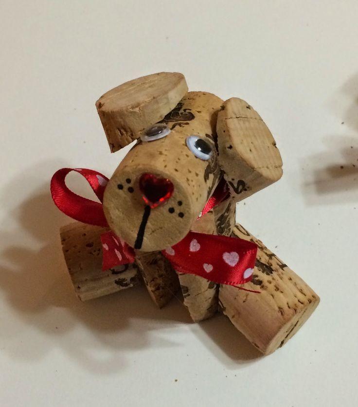 Perrito hecho con rodajas de tapones de corcho reciclado.