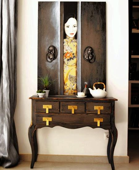 Pintura tradicional china sobre una consola colonial.