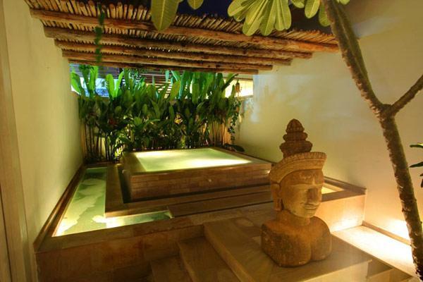 Un patio anexo al dormitorio principal, cuenta con una bañera de hidromasaje.