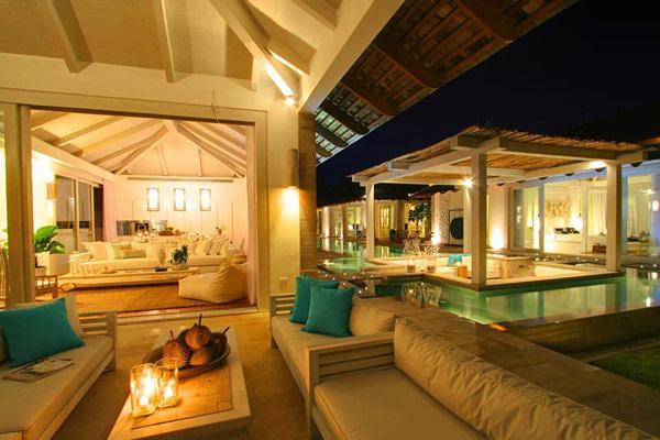 Espectacular imagen nocturna, de la lujosa propiedad.