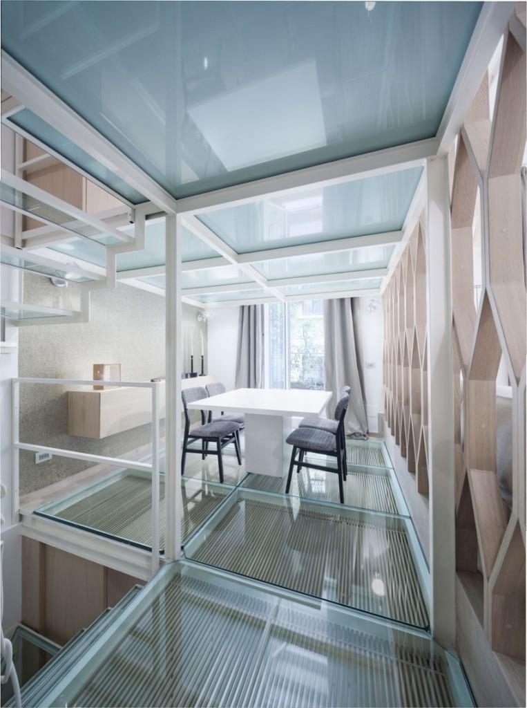 Espacios decorativos, con materiales como el metal y el cristal.