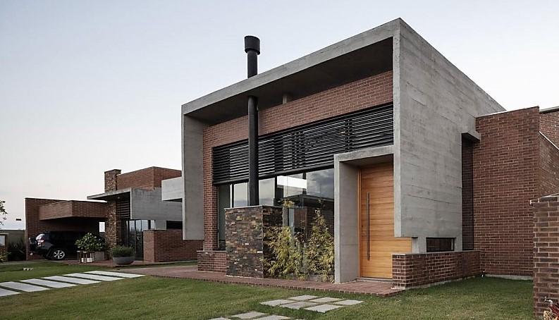 Unos cubos de hormigón y ladrillo visto, son la materia prima, con la que se forma la estructura de esta vivienda.