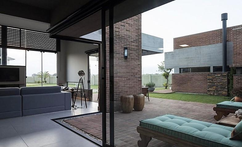 Unos grandes ventanales con perfilería en color negro, que tienen la peculiaridad de abrirse en las esquinas.