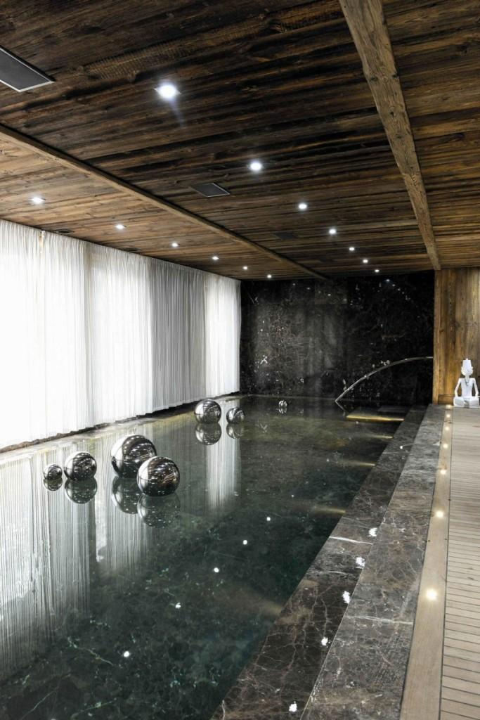 La piscina climatizada, tiene inmejorables vistas del jardín.