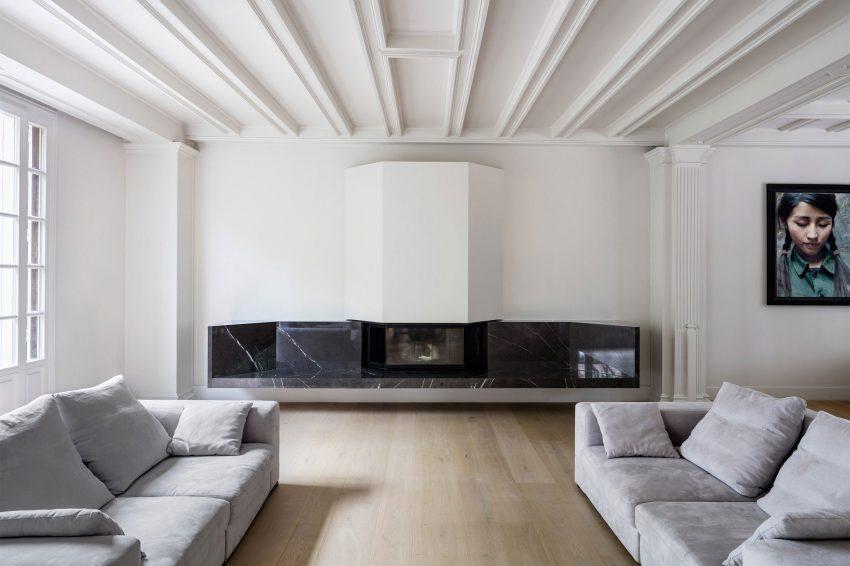Imagen frontal de la chimenea de estilo minimalista.