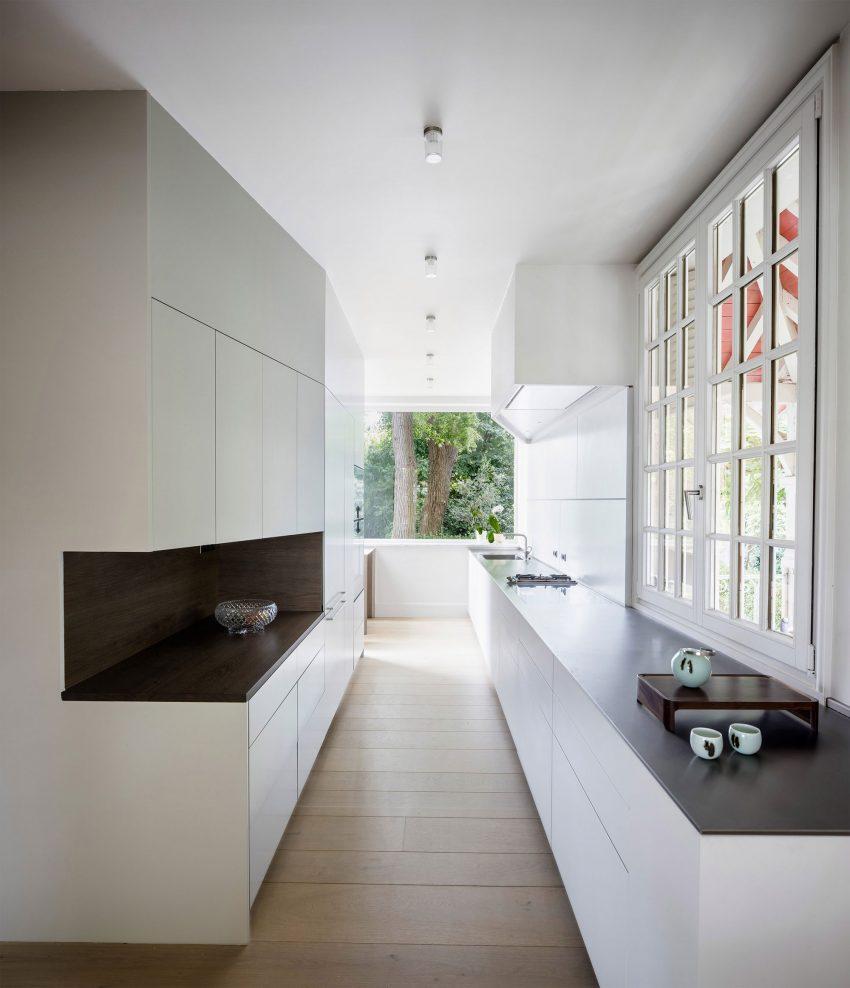 Líneas limpias y puras en el diseño de esta moderna cocina.