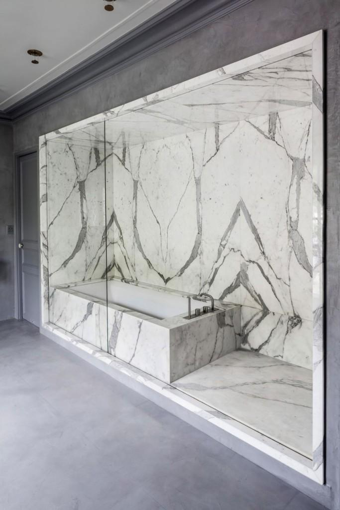 Una combinación de materiales en el cuarto de baño.