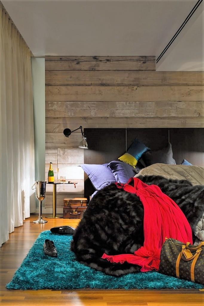 Imagen del colorista dormitorio principal.