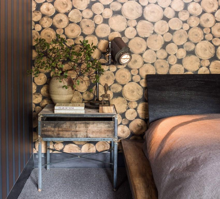 Sobre una rústica tarima de madera, podemos ver la sencilla cama.