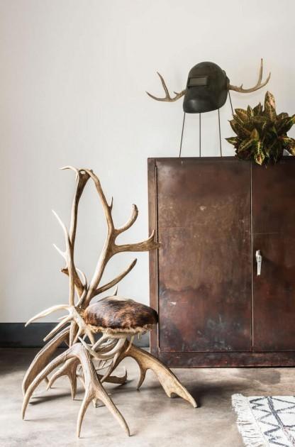 Un interesante gabinete de estilo industrial, con un acabado de metal oxidado.