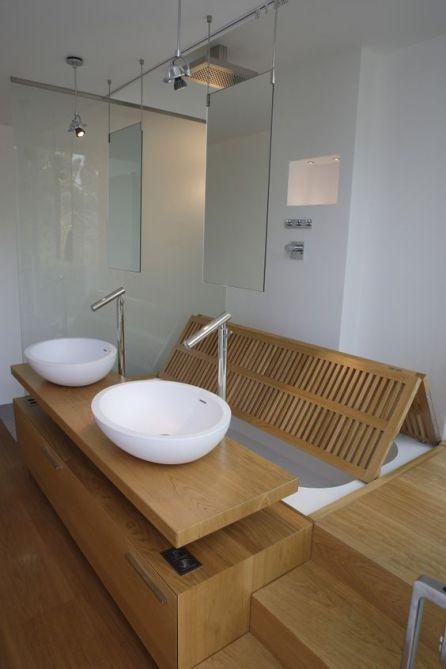 Una bañera y una ducha al mismo tiempo.