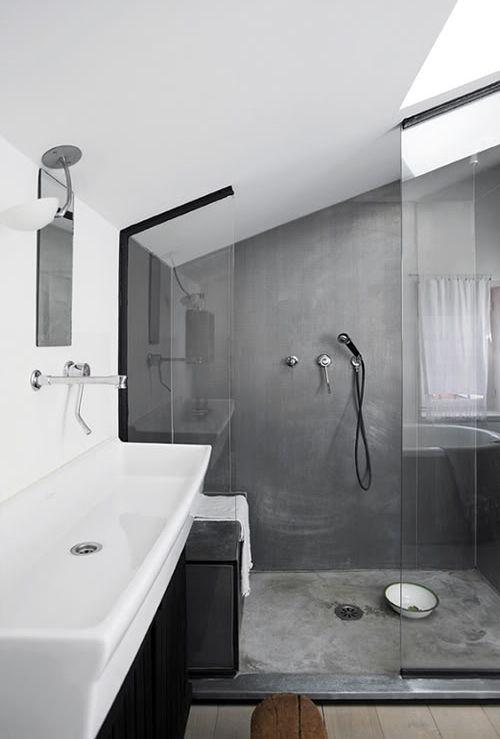 Un cuarto de baño en blanco y color gris de microcemento.