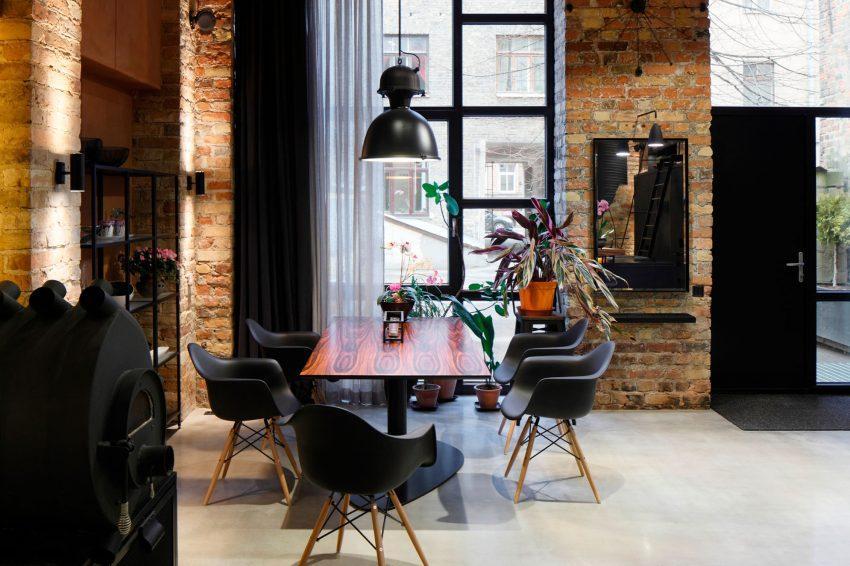 Sillas y mesa de estilo nórdico, en el espacioso comedor.