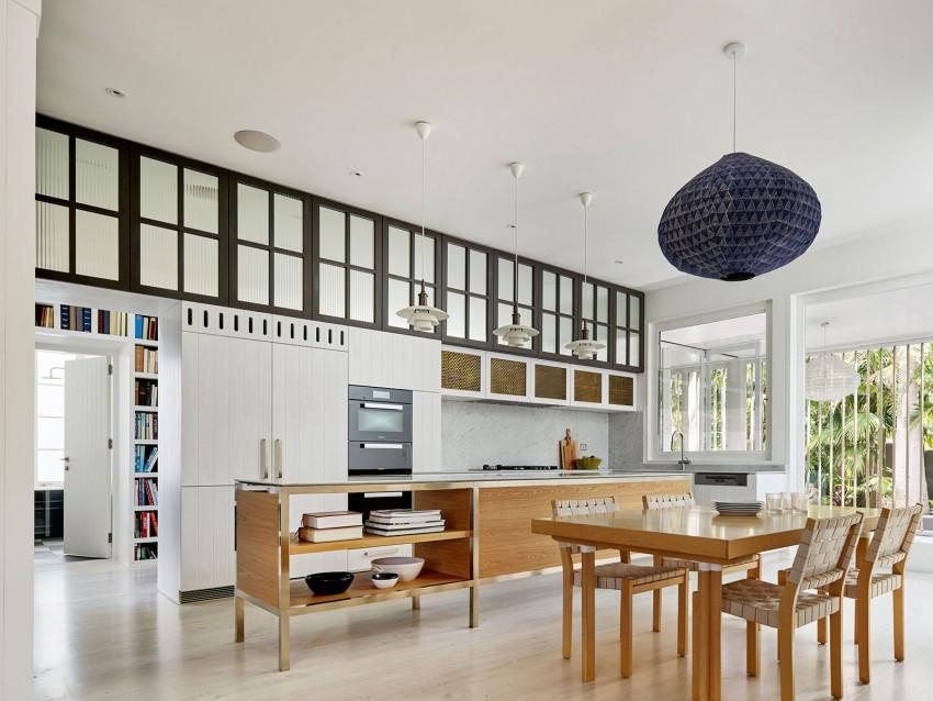 Una falsas ventanas, incrementan la sensación de apertura en esta cocina.
