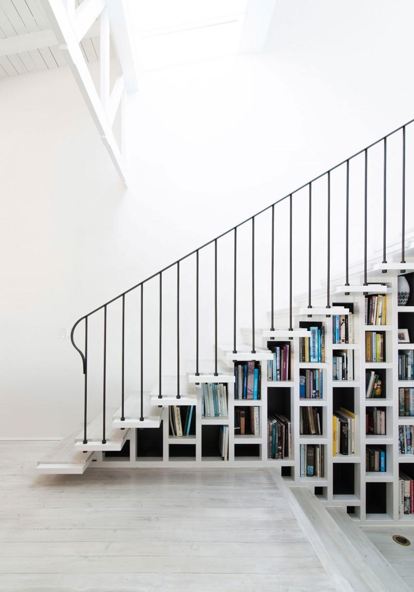 Imagen de la escalera con librería incorporada.