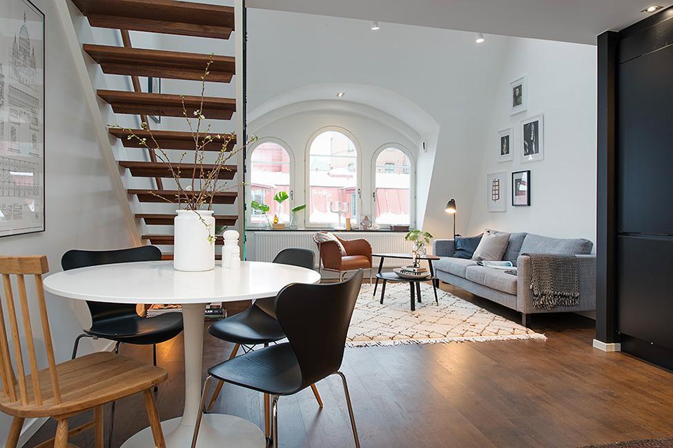 La zona de office junto a la cocina, se combina con los tonos del salón.