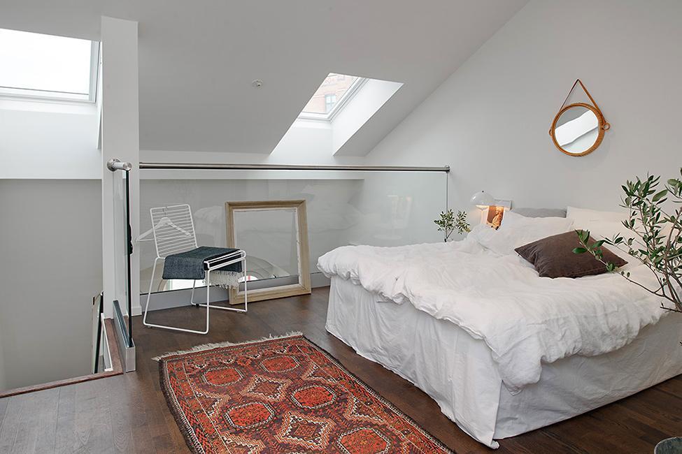 El dormitorio principal, se sitúa en el altillo sobre el salón.