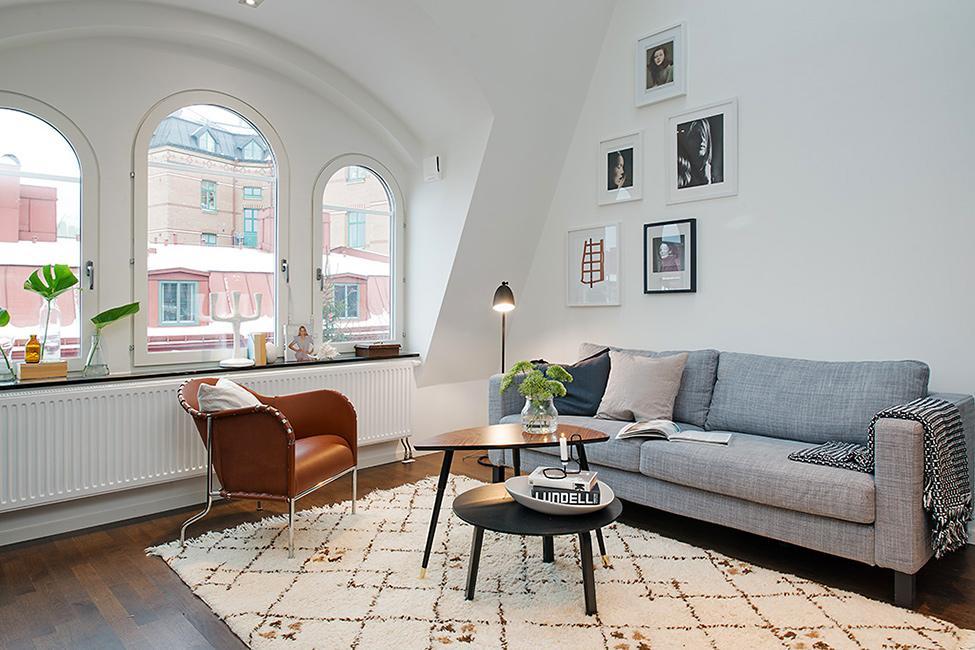 A contraste con los tonos cálidos, el neutro gris que luce el sofá.