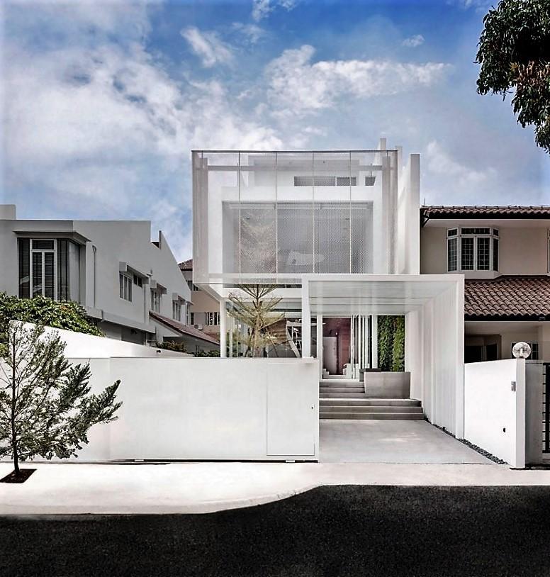 Hormigón y metal lacado en color blanco, la base estructural de la vivienda.