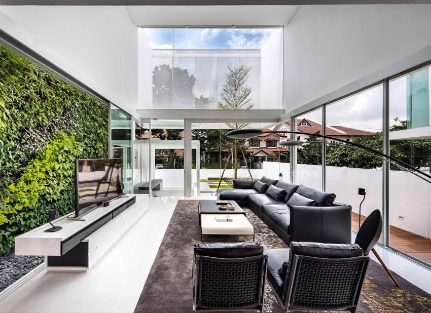 Mobiliario moderno, con un aparador bajo en blanco y negro y un gran sofá de piel de color negro.