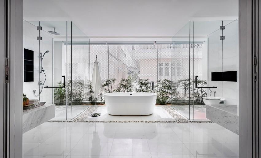 Un baño simétrico con un impoluto suelo blanco muy brillante, con zonas de cantos de río del mismo color.