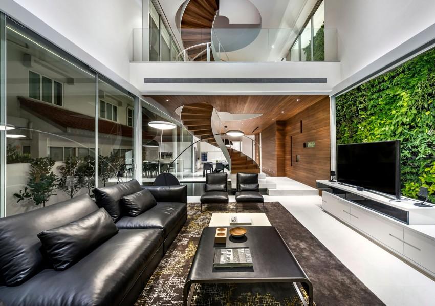 Parte de la sala de estar, con los sofas en primer termino y la escalera la fondo.