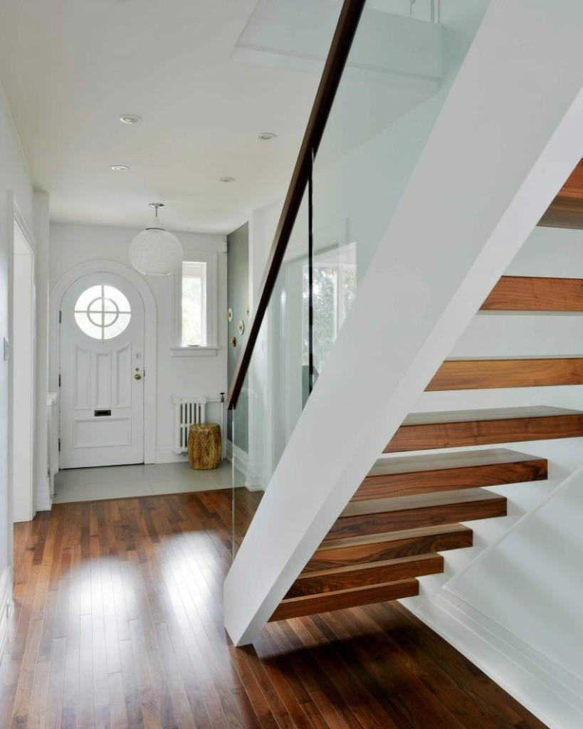 Los suelos y los peldaños de la escalera en un cálido tono de madera.