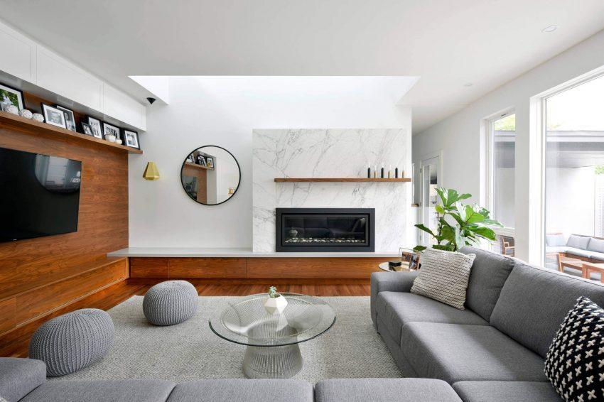 Un gran sofá esquinero modular en la zona de estar.