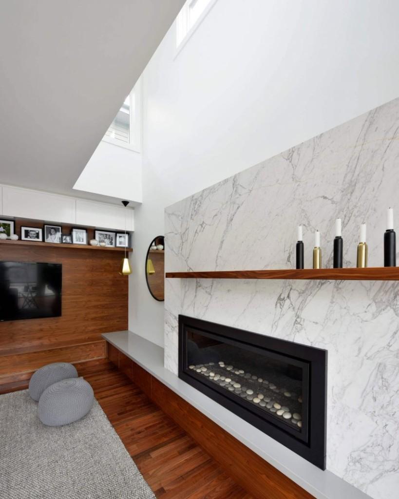 Un moderno diseño de chimenea preside la zona de estar.