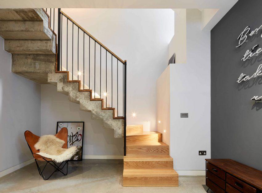 Madera y hormigón en la escalera.