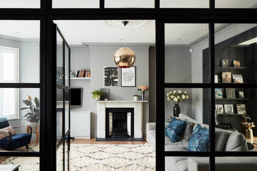 Sala de estar con paredes en tono gris y techo blanco.