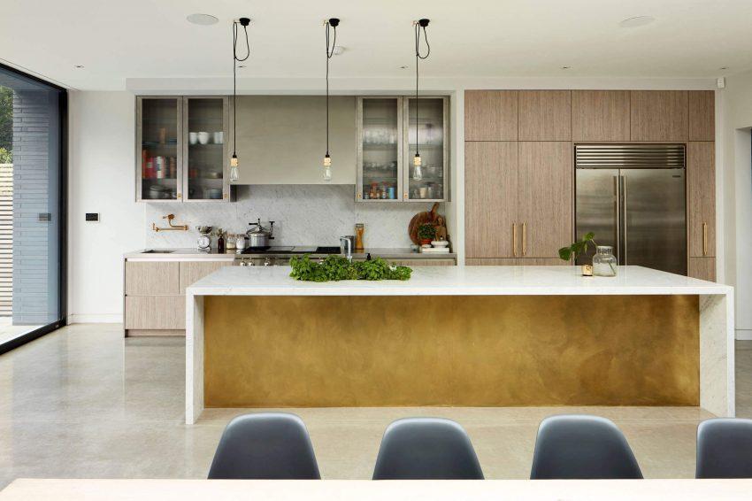 Un a plancha de latón, da un toque de sofisticación a la cocina.