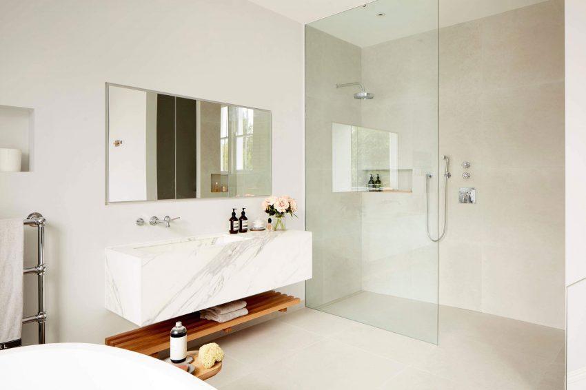 Imagen de uno de los amplios cuartos de baño, de esta propiedad.