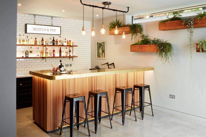 Imagen de la interesante barra de bar, con encimera de latón dorado.